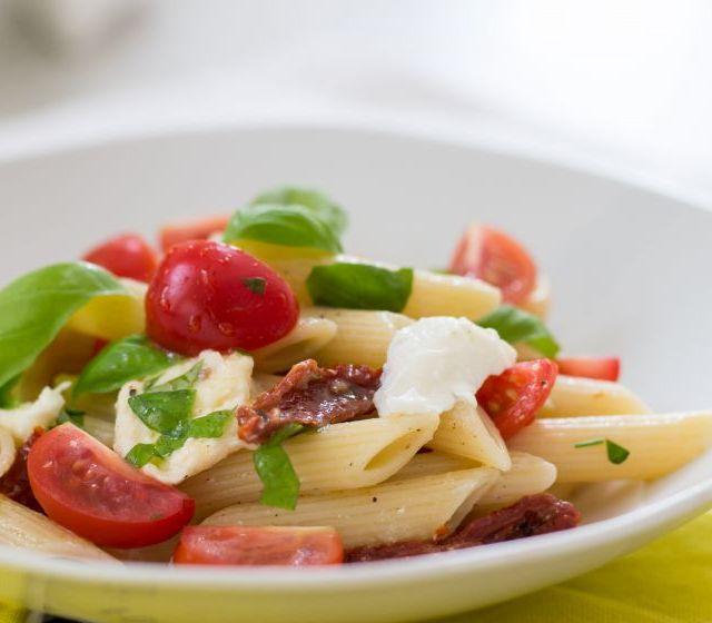 Tomaten-Mozzarella Nudelsalat