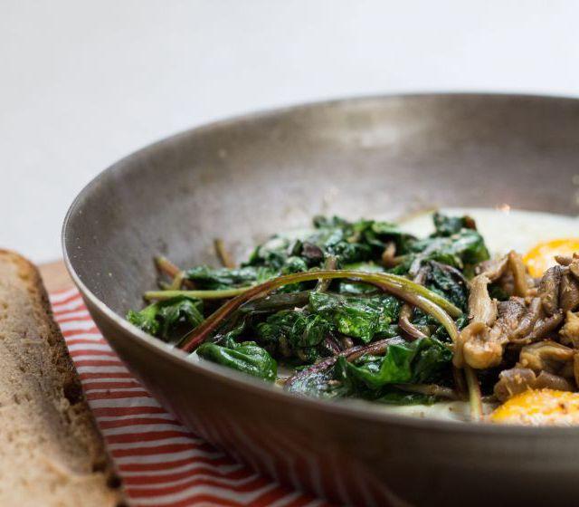 Spinat mit Spiegelei und Pilzen