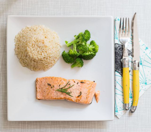 Gebratenes Lachsfilet mit Reis