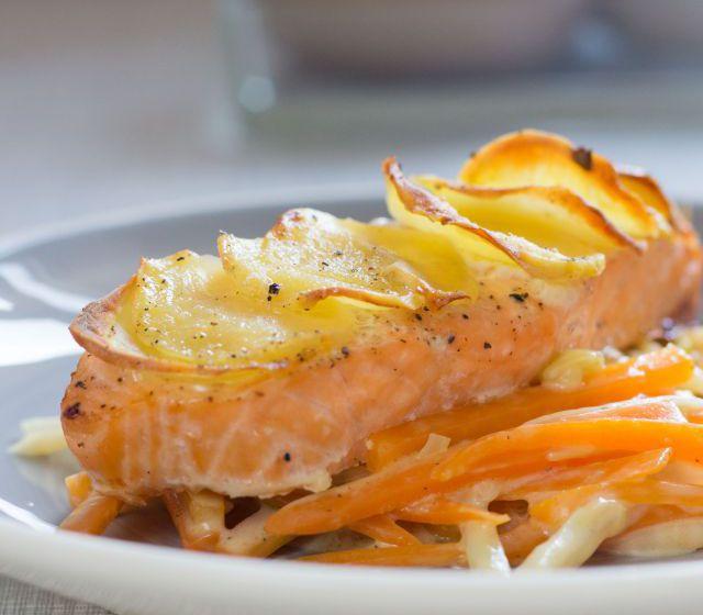 Lachsfilet mit Kartoffelkruste und Gemüse
