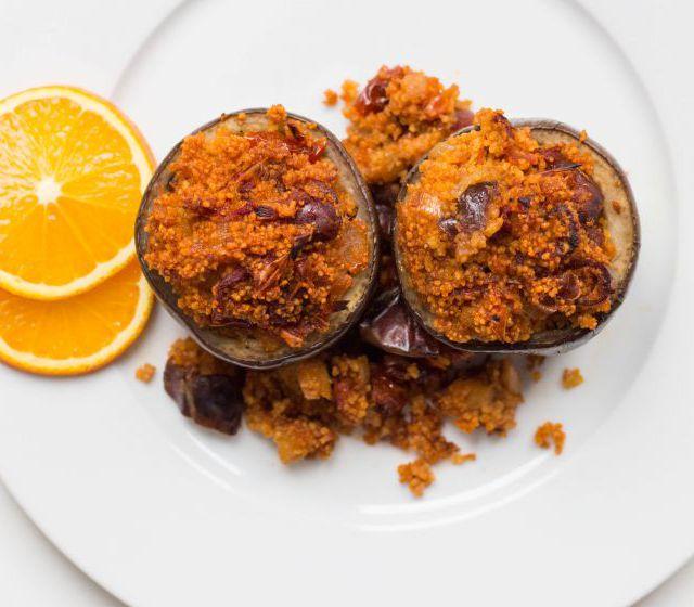 Melanzani gefüllt mit Datteln und Couscous