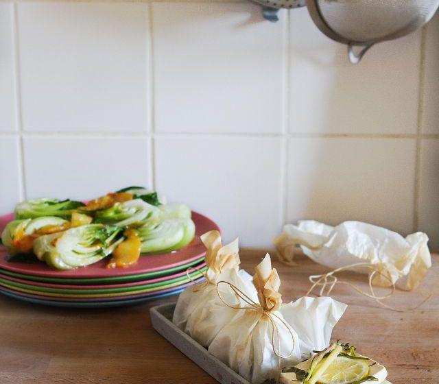 Asiatische Kräuter-Tofu-Päckchen mit Zwetschken-Pak Choi